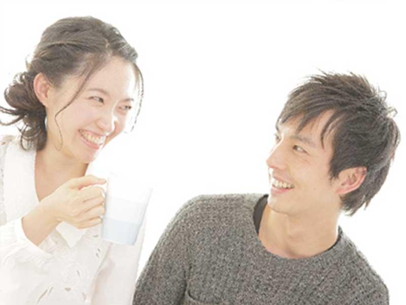 妻に笑いかける若い夫
