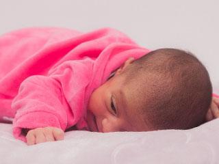 うつぶせに寝る赤ちゃん