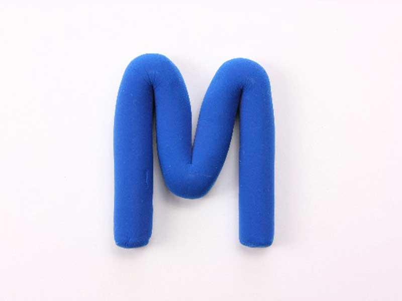 青い「M」の字