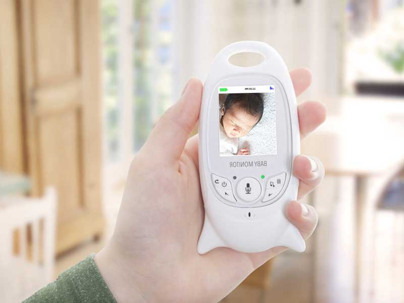 ベビーモニターで赤ちゃんをみまもるママの手