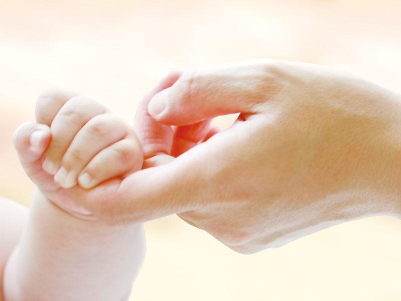 大人の手を握る赤ちゃんの手
