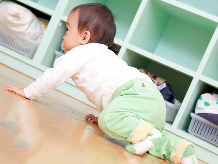 ハイハイをしている赤ちゃん