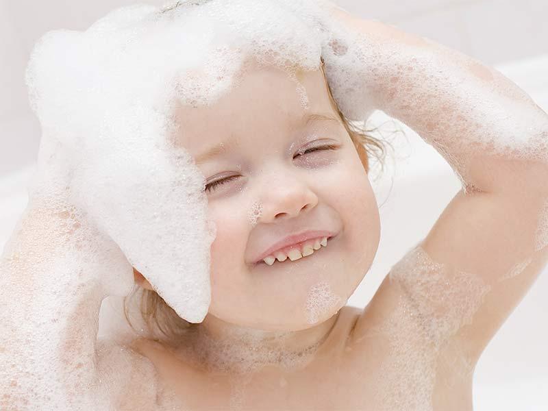 お風呂で楽しくシャンプーをする子供