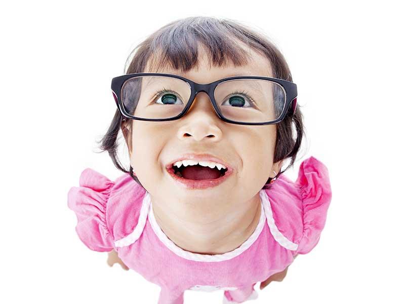 メガネをかけた勉強に興味深々の子供