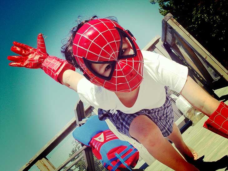 公園でスパイダーマンのマスクを被ってポーズをとってる男の子