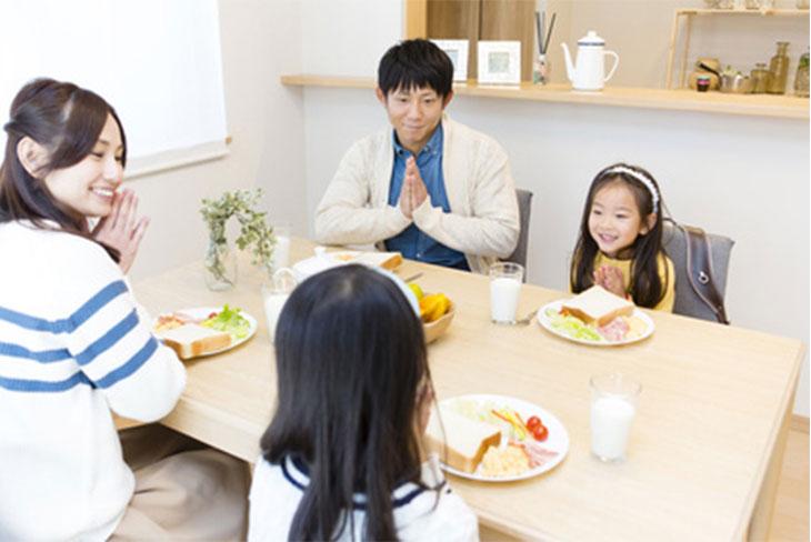 ご飯を食べようとしている家族