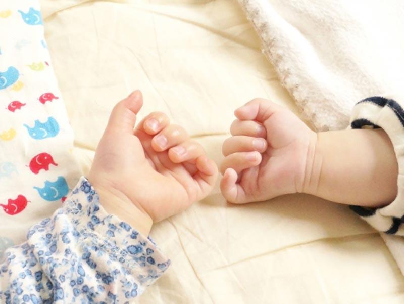子供二人の小さな手