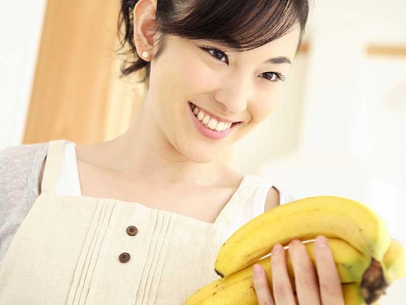 バナナを持つ女の人