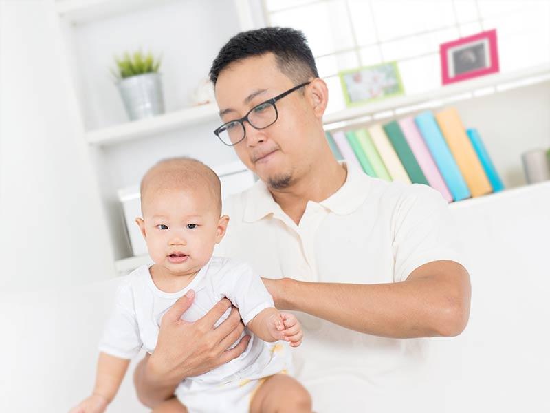 赤ちゃんの世話をしている男性