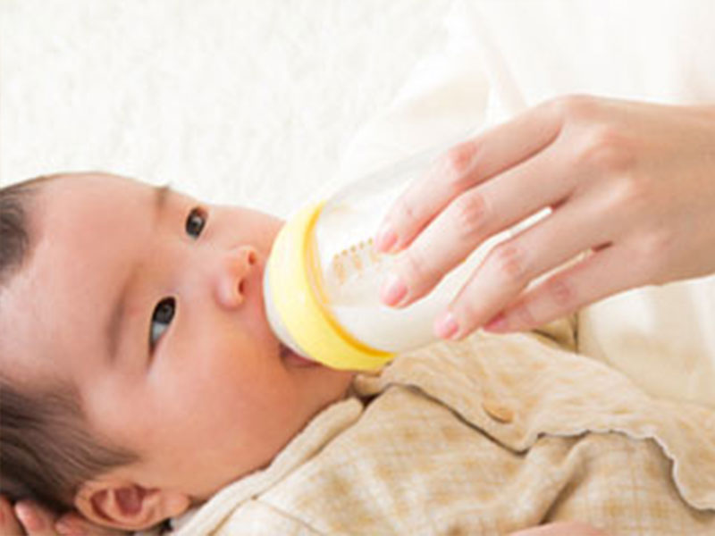 哺乳瓶からミルクを飲んでいる赤ちゃん