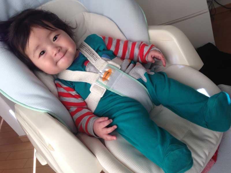 ベビーラックに座っている赤ちゃん