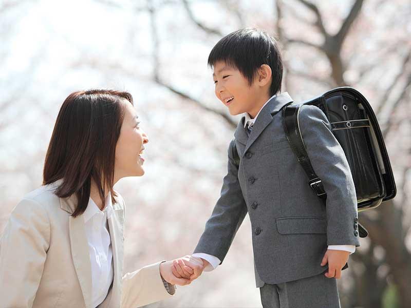 お母さんと楽しく話す小学生の男の子