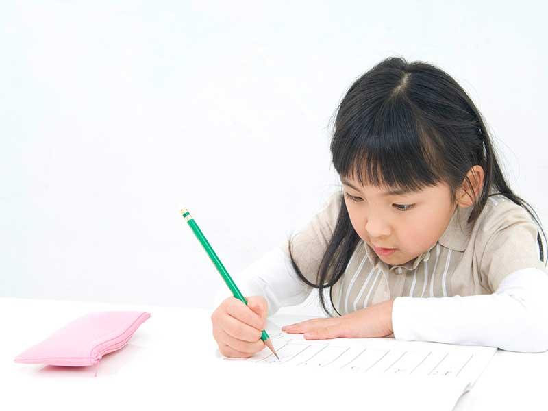 勉強する女の子