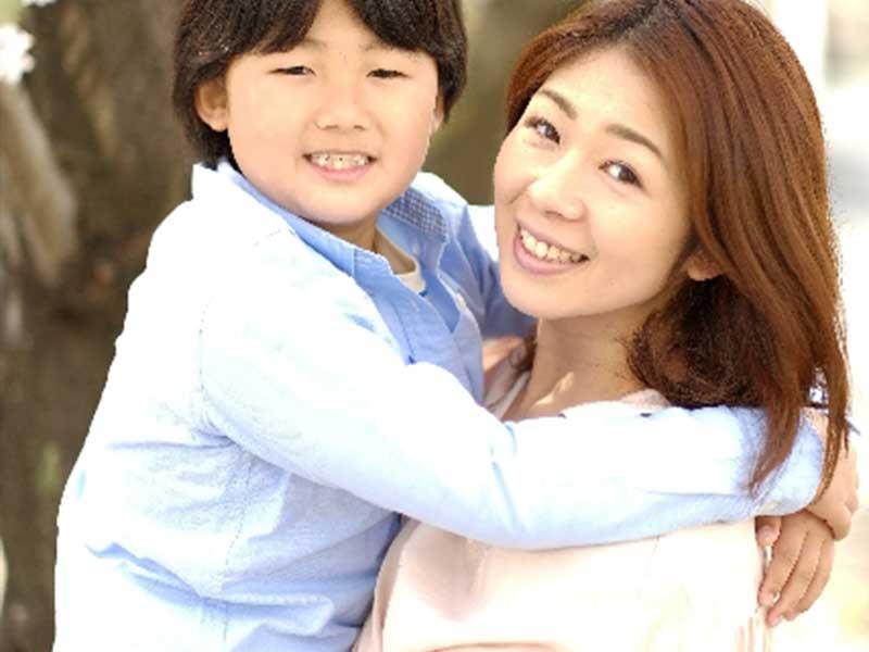 お兄ちゃんを抱っこするママ