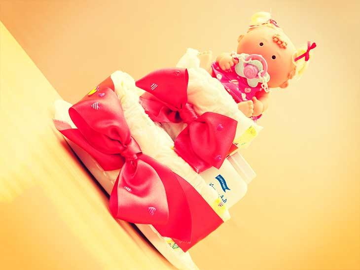 赤ちゃんの人形が一番上に乗ってるオムツケーキ