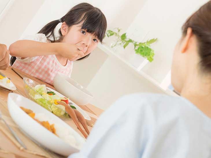 ご飯をゆっくり食べている女の子