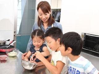 子供と料理を楽しむ主婦