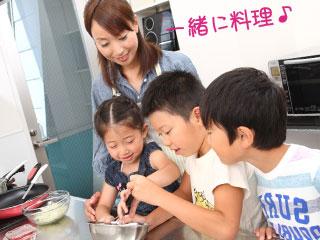 2人の子供と一緒に料理するママ