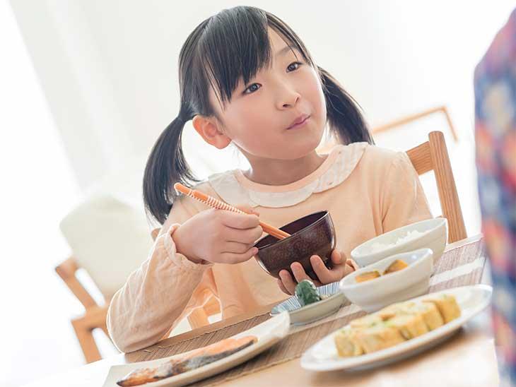 バランスの良い和食を食べている女の子