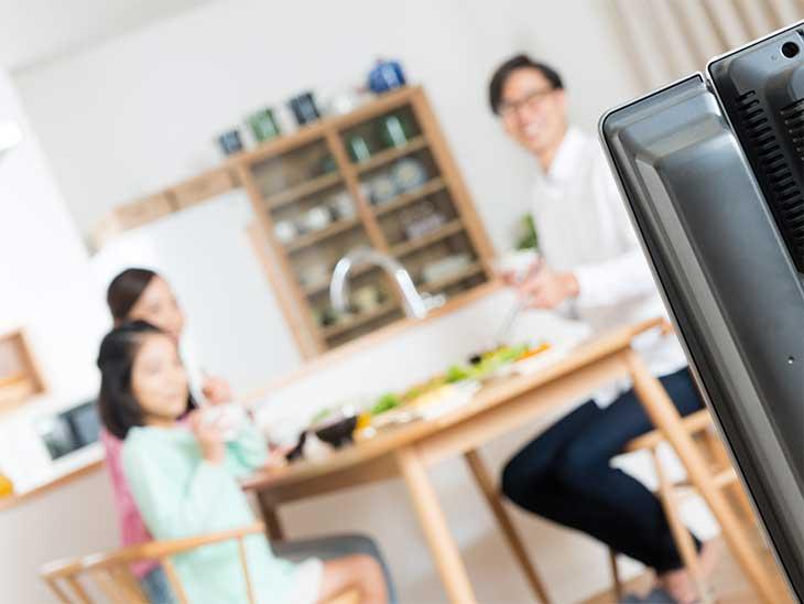 テレビを見ながらご飯を食べている家族
