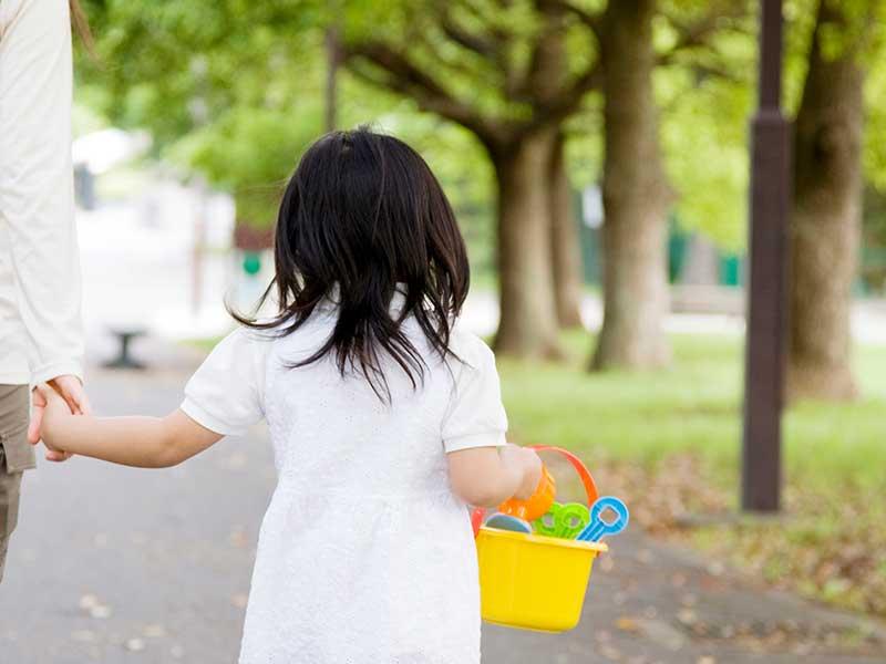 お母さんと一緒に歩く女の子