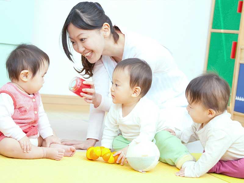 保育士さんと遊んでる赤ちゃんたち