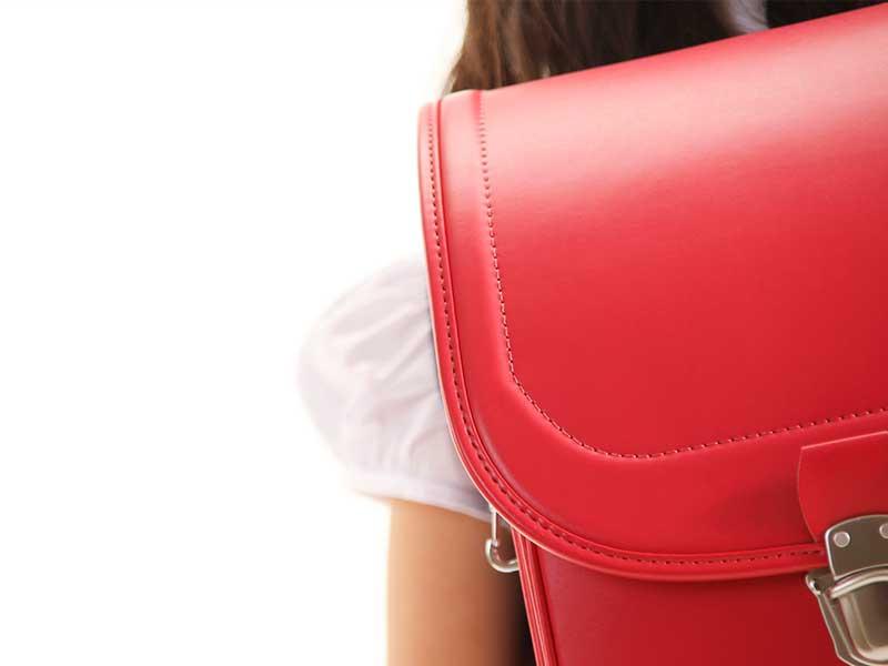 女の子の赤いランドセル