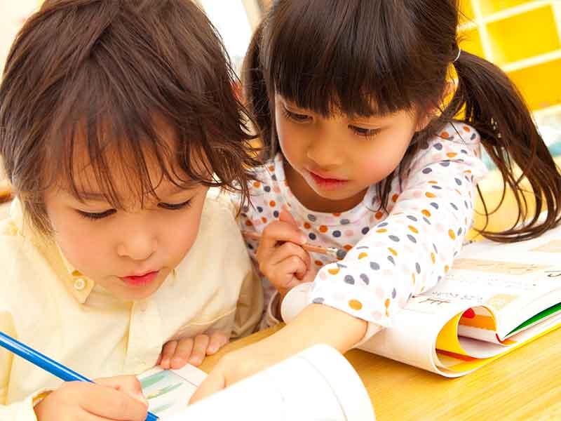 字の読み書き練習をする子供達