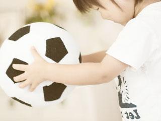サッカーボールで遊ぶ子供