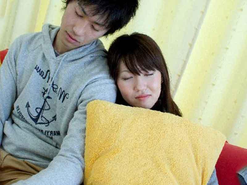 昼寝をするカップル