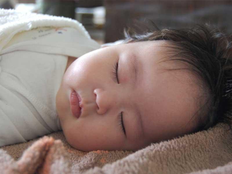 お昼寝をする赤ちゃんの寝顔