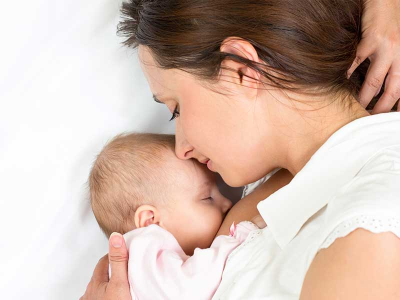 添い乳をしているお母さん
