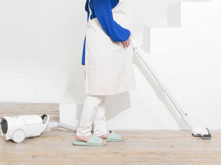 掃除機で掃除している女性