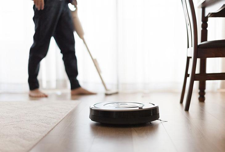 リビングを自動で掃除しているロボット掃除機