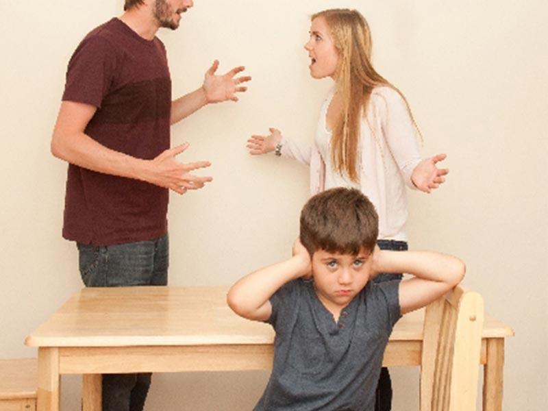 子供の前で喧嘩する夫婦