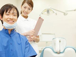 歯科医と助手が笑顔で迎える