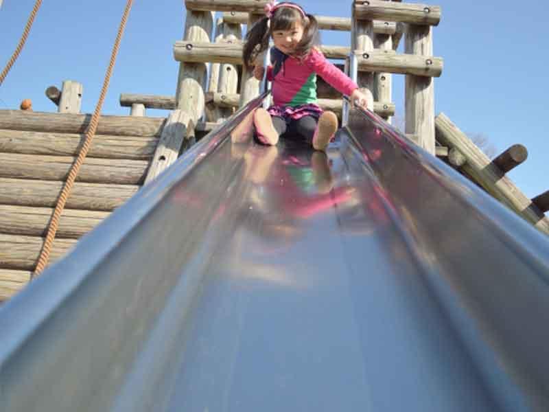 滑り台で遊んでいる女の子