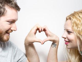 ハートマークを手で作る夫婦