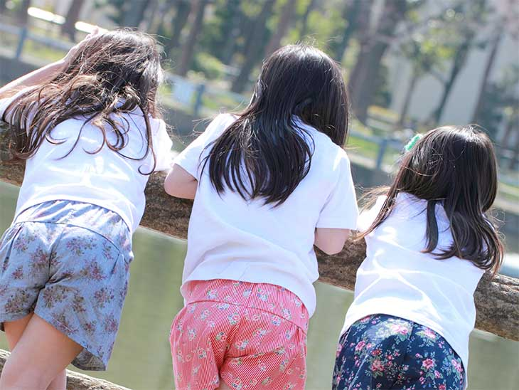 公園で並んで喋ってる女の子3人