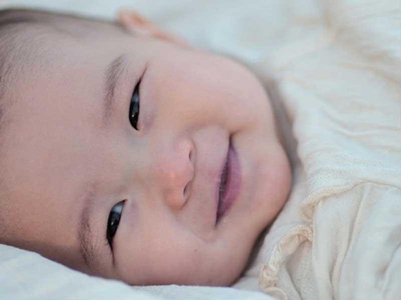 笑っている赤ちゃんの顔