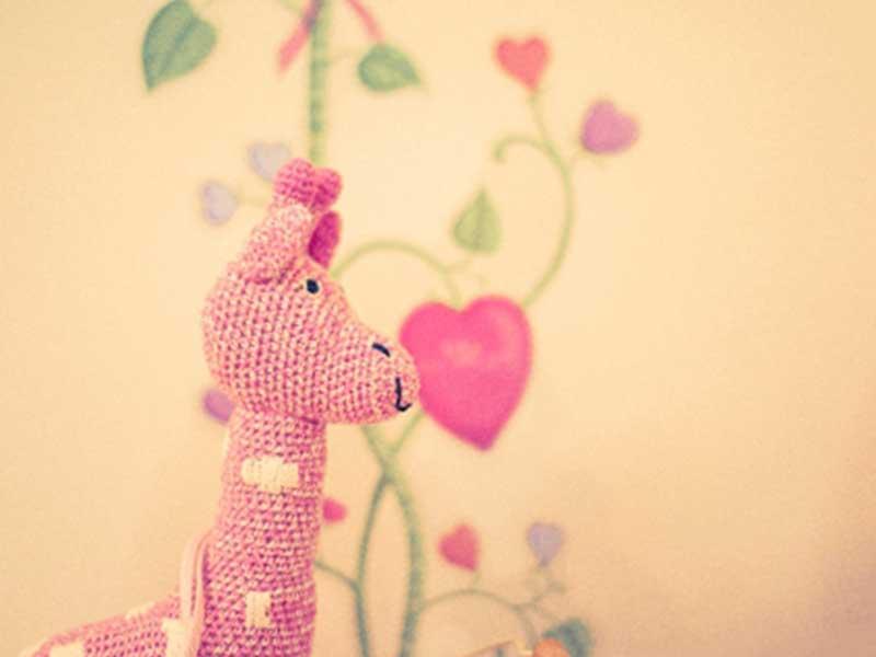 ピンク色のキリンのぬいぐるみ