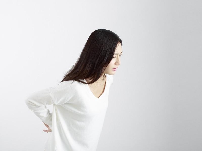 腰をおさえている妊娠している女性