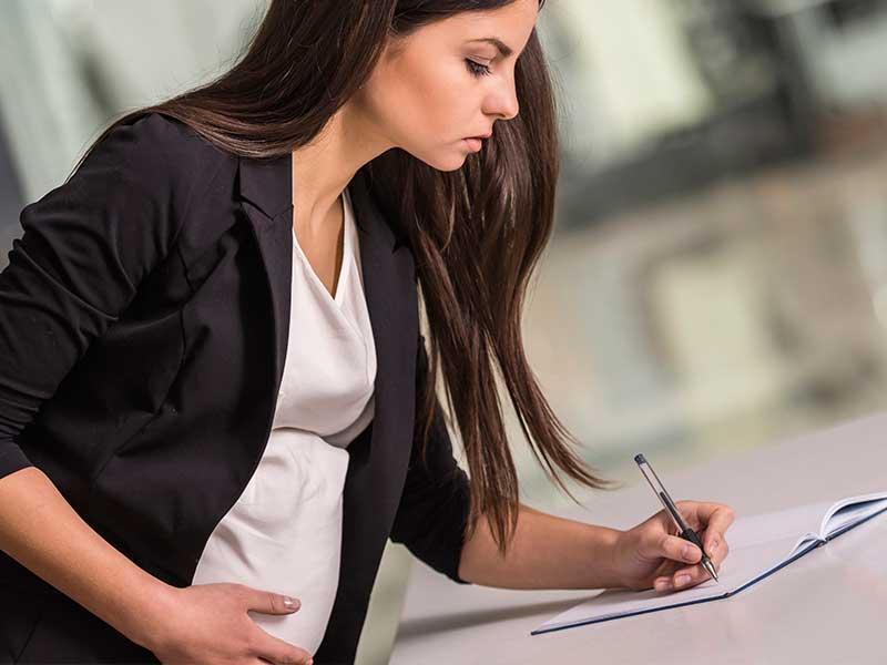 仕事中の妊婦さん
