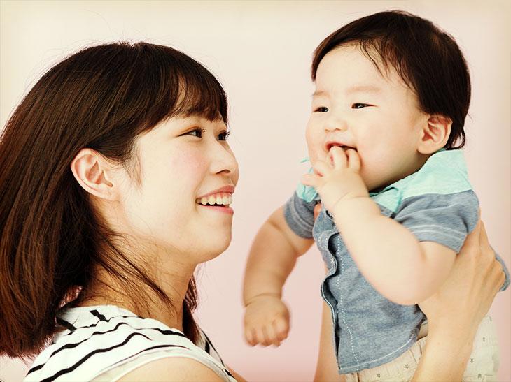 赤ちゃんを抱っこしている笑顔のママ