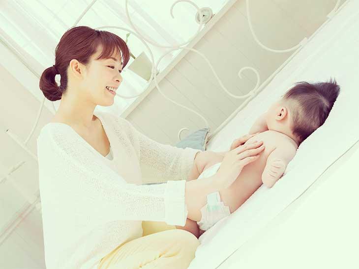 ベビーマッサージをしている母親