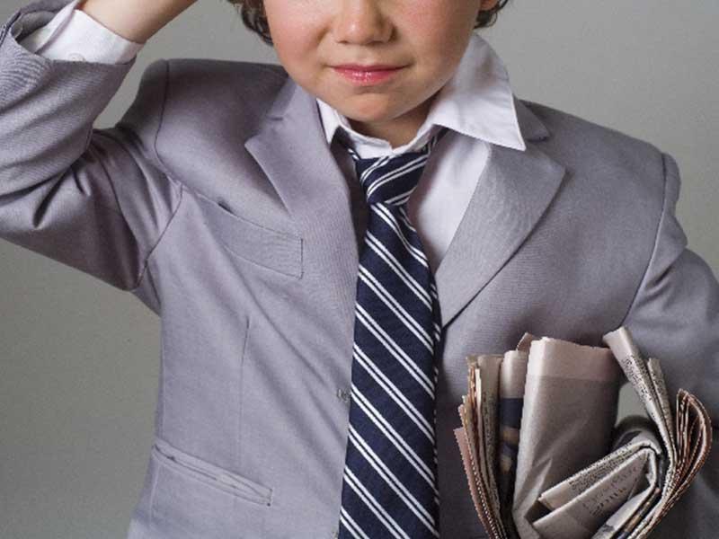 スーツを着る男の子