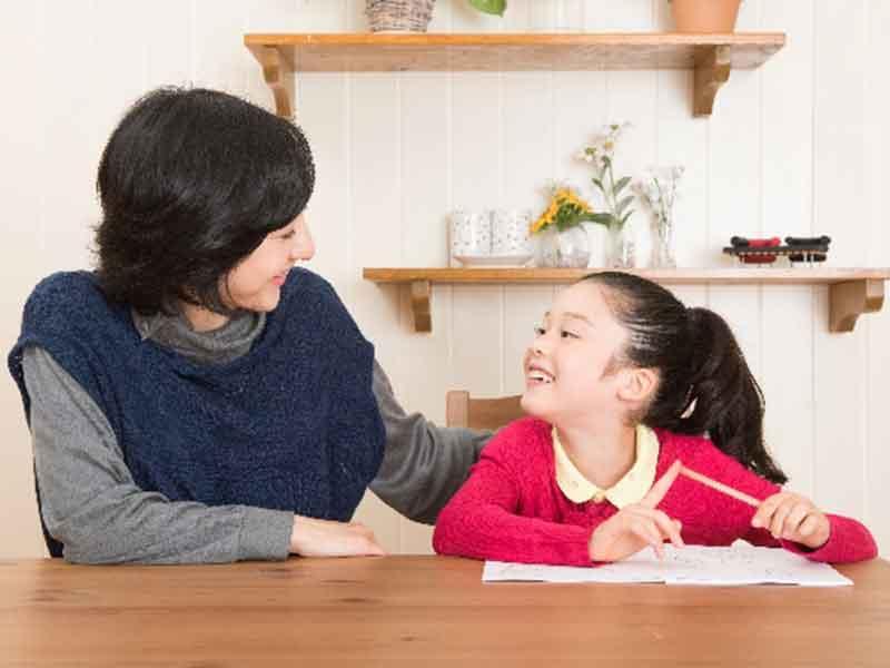 娘の勉強を見るお母さ