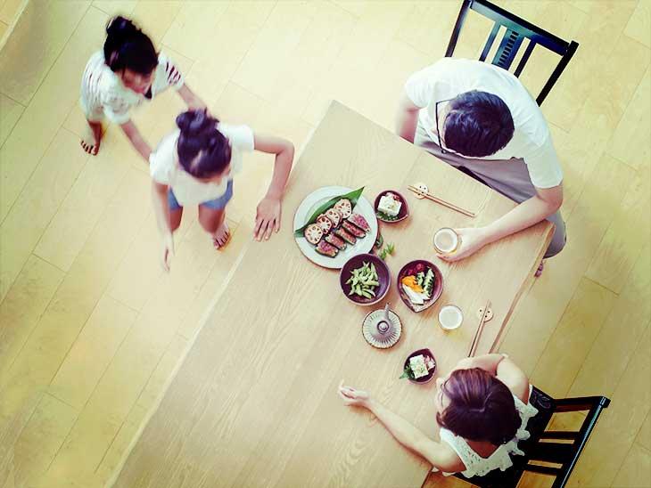 家族4人で晩御飯を食べようとしているところ