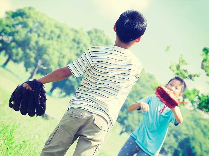 公園でキャッチボールをしている男の子たち