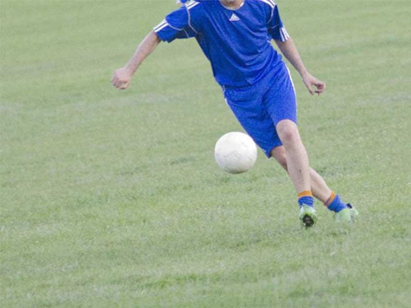 サッカーをしている風景